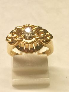 18 kt gold ring and 0.10 ct diamond.