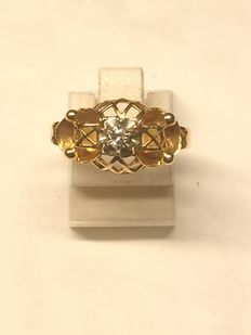 Ring in 18 kt gold and diamond.