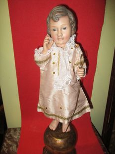 Infant Jesus with glass eyes, blessing the world, made in polychrome terracotta with a wooden base - 20th century