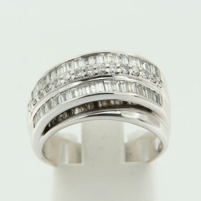 White gold ring, set with brilliant- and baguette cut diamonds