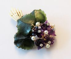 585 gold violet brooch with amethyst, nephrite jade, 5 brilliants (approx. 0.3 ct) & 5 pearls