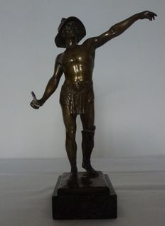Ferdinand Lugerth (1885-1915) - antique bronze sculpture of a Roman gladiator - raised upon marble plinth - Austria - ca. 1910