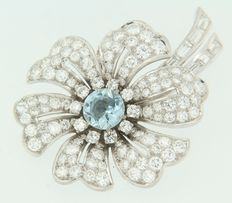 18 kt white-gold flower-shaped brooch, set with an aquamarine in the centre and diamonds