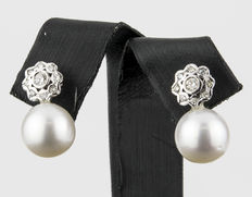Earrings in white gold with 18 brilliant cut diamonds with South Sea (Australian) cultured pearls - South Sea (Australian) cultured pearl of 10.70 mm