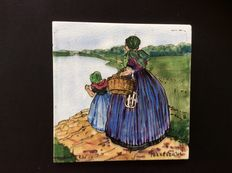 Plateelbakkerij de Distel - Mother and child in Dutch traditional costumes - 'regional tile' by Tjeerd Bottema