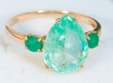 Golden ring with IGI certified natural green Emerald 2.96 ct.