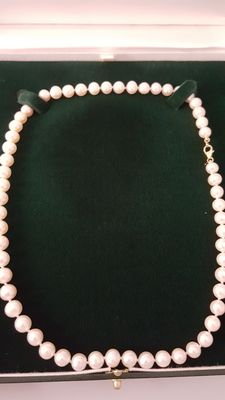 Cultured white pearl necklace, 7-7.5 mm with 18 kt gold clasp