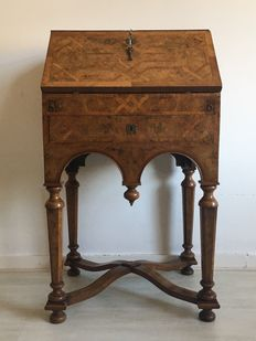 A William and Mary style walnut and burr walnut parquetry lady's bureau - England - circa 1880