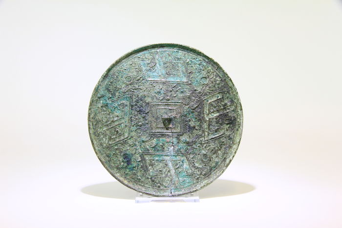 Bronze mirror with tlv motifs china han dynasty 206 for Miroir 220 review