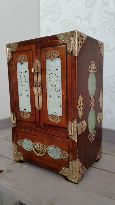 Large Asian jewellery box made of mahogany completely decorated