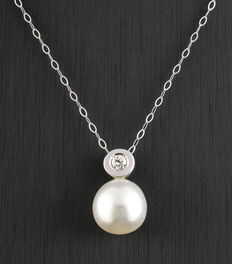 Choker composed of a white gold chain and white gold pendant set with one brilliant cut diamond (0.12 ct) and an Australian South Sea pearl measuring 10 mm in diameter