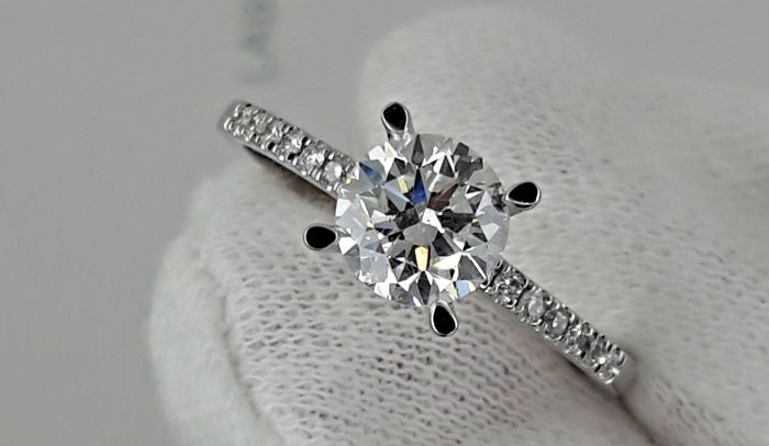 1.10 ct D/VS2 round diamond  ring with accent in 18 kt white gold / size 7,5