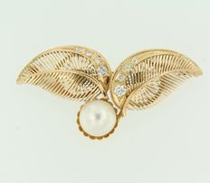 Yellow gold brooch with a freshwater pearl and Bolshevik cut diamond