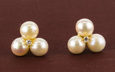 Gold earrings with 3 natural cultured pearls of 5.5 mm (approx.) in diameter and set with zirconias. No reserve price