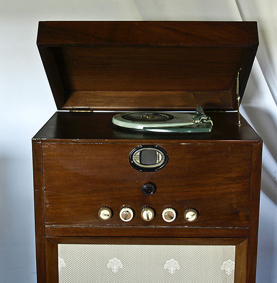 valve radio et tourne disque avec ancien meuble catawiki. Black Bedroom Furniture Sets. Home Design Ideas