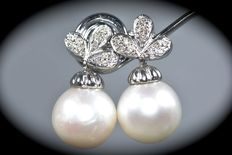 Wonderful 18 kt gold earrings with brilliant cut diamonds and Australian pearls, 11.50 mm.