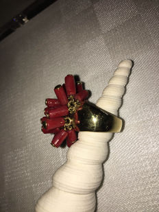 Ring in 18 kt yellow gold with red corals – Size 13/53