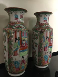 Pair of Cantonese / famille rose vases – China – 19th century
