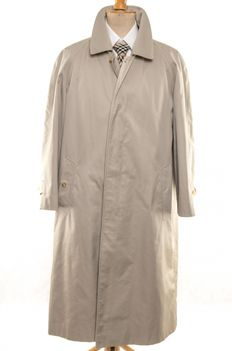 Burberry – Trench coat with double detachable lining.
