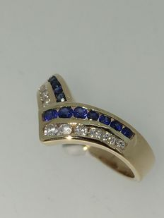 18 kt gold chevron ring with brilliant and blue sapphire  Ring size: 17