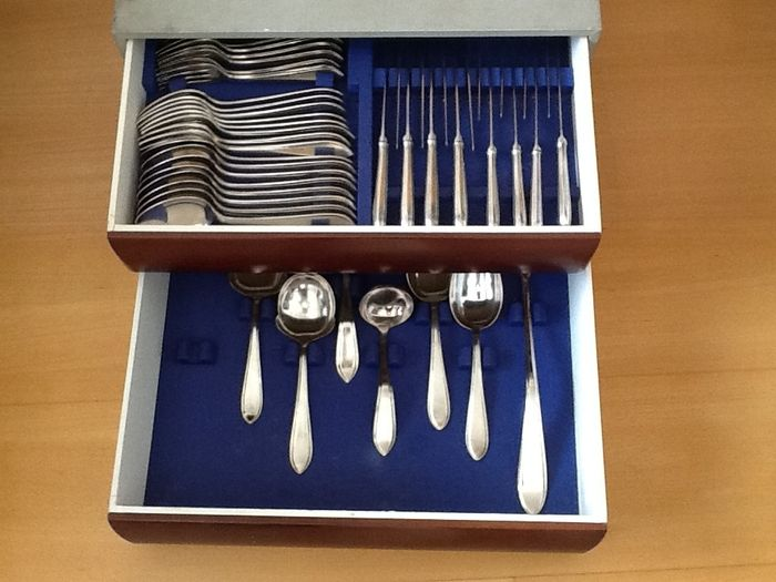 Silver plated Sola 90 cutlery for 8 person. Model point filet van Gerritsen and Van Kempen in Zeist, 1910-1934.