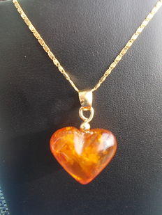 18 kt gold necklace with amber pendant.
