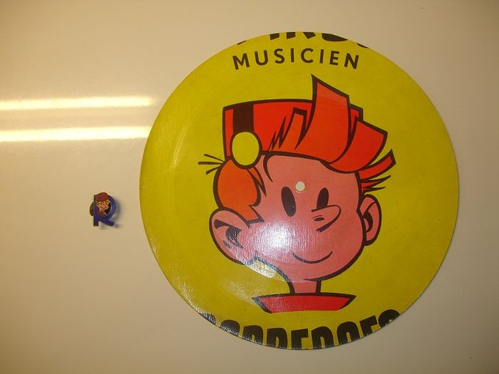 Le journal de Spirou - Robbedoesclub enamel button (1st version) + Spirou advertisement disc from the 60's - (40's/60's)
