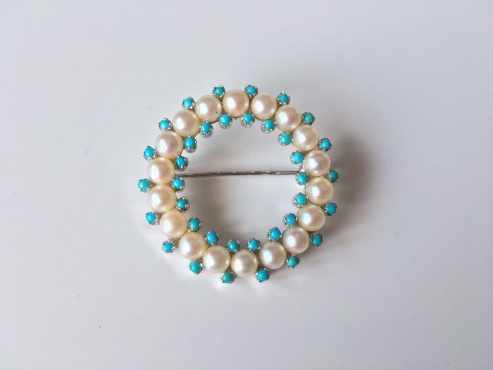 Brooch made of 750/18 kt white gold with 18 fine 'akoya' salt water pearl wreath and 36 fine turquoises