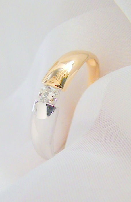 Solitaire ring with 1 brilliant of 0.15 ct, g white / eye-clean, 585 yellow and white gold