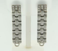 18 kt white gold dangle earrings set with brilliant cut diamonds