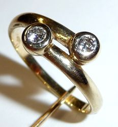 14 kt / 585 yellow gold, diamond ring in cross over design - total of 0.20 ct. RS 52 = 16.5 mm