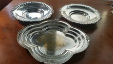 Triptych of finely chiselled silver dishes-UK 1890, Silver 800/1000