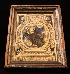 Painting under glass in gold of St. Ignatius. Southern Netherlands 18th century Comes inside a frame.