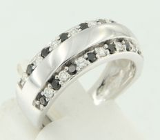 14 kt white gold ring set with black and white brilliant cut diamonds