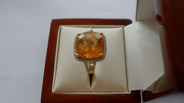 Anello in oro giallo 18 kt con diamanti e citrino per un totale di 9,01 ct