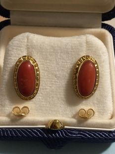 Earrings – 18 kt gold, with Mediterranean coral, 4.5 grams.