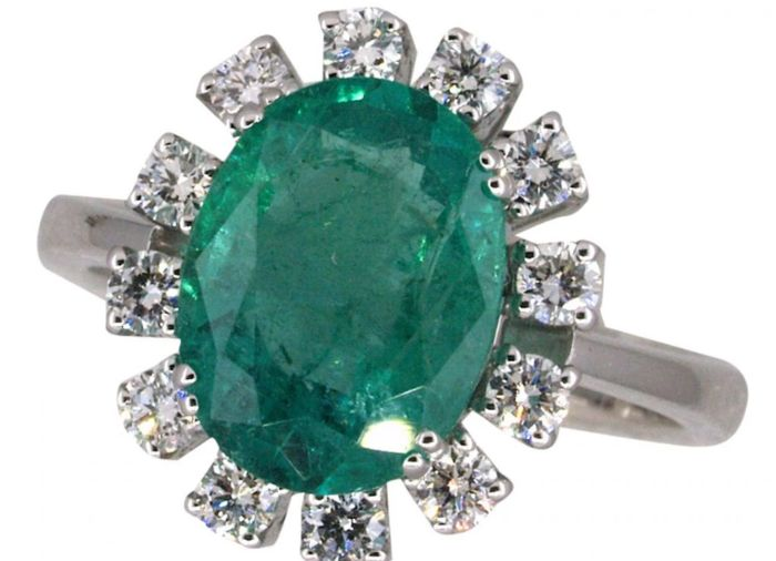 Ring set with an emerald and 12 diamonds.