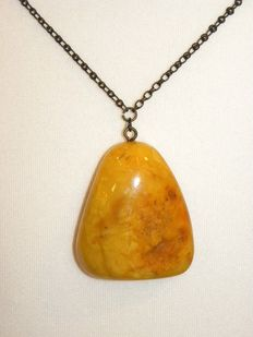 Necklace with large amber made of natural amber, caramel butterscotch colour, 16 grams