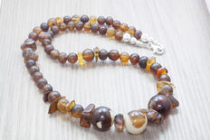 Necklace in Baltic amber, with three central balls in very hard to find colours. Weight: 37.5 g