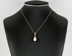 Yellow gold choker and pendant with diamonds inlay and one cultured South Sea (Australian) pearl