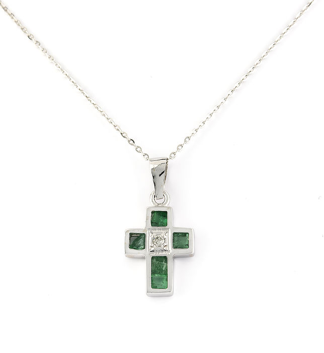 White gold (750‰/18 kt) – Choker with cross – Diamond weighing 0.02 ct – Emerald weighing 0.80 ct – Chain length: 42.00 cm