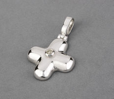 Cross-shaped white gold pendant, set with a central brilliant cut diamond.