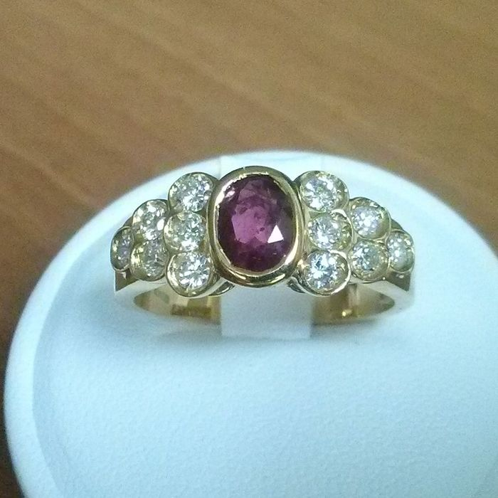 Anello in oro 18 kt con rubino e diamanti