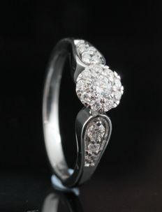 18kt gold diamond ring total approx. 0.47ct.