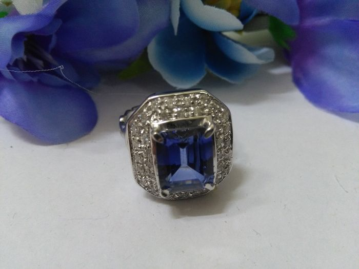 anello 18 Kt con Tanzanite da 4,60 ct. e diamanti da 1 ct.