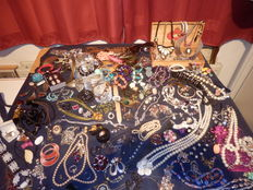 A massive lot of Jewellery from estate clearance over 185 items.