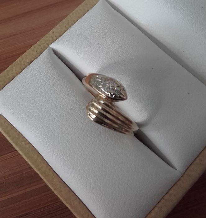 Anello da donna in oro con quattro diamanti.