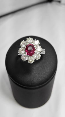 White gold ring with ruby and 2.60 ct diamonds.
