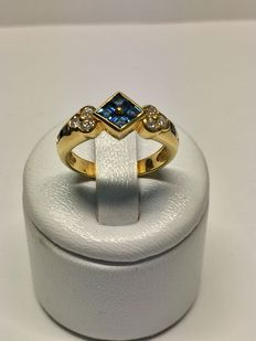 Gold ring set with diamonds and sapphires of 0.89 ct in total