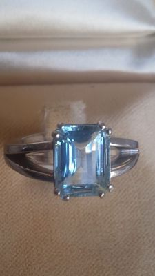 Solid platinum ring with 5 ct aquamarine